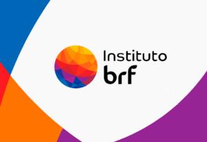 Arte em fundo branco com as cores azul, vermelho, laranja e roxo nas laterais. No centro, há o logo do Instituto BRF.