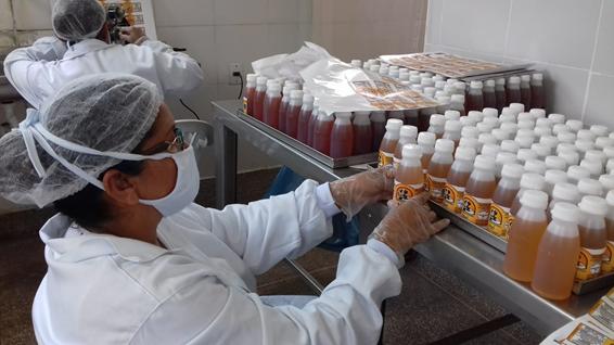 Mulher organizando produtos da Casa do Mel de Bacabeira